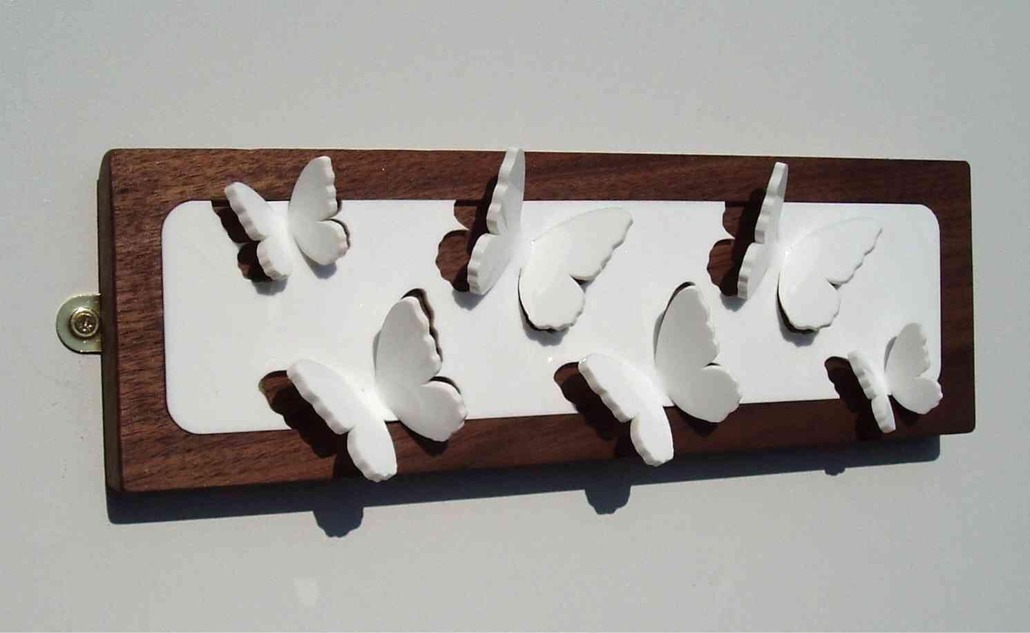 La fragilidad de las mariposas en un perchero - Percheros para collares ...