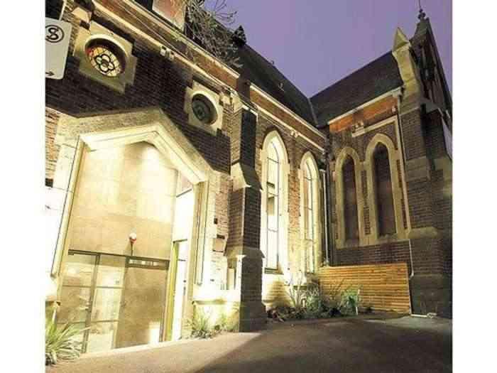 una iglesia reciclada como vivienda exterior fachada