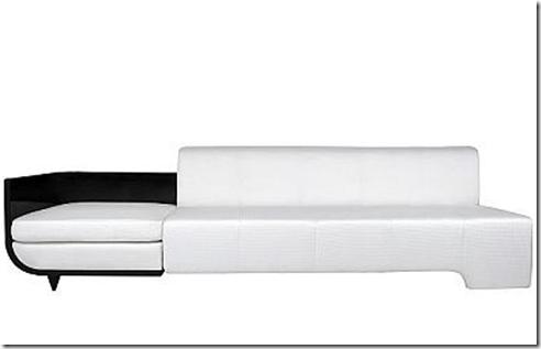 Sofá blanco que mezcla estilos