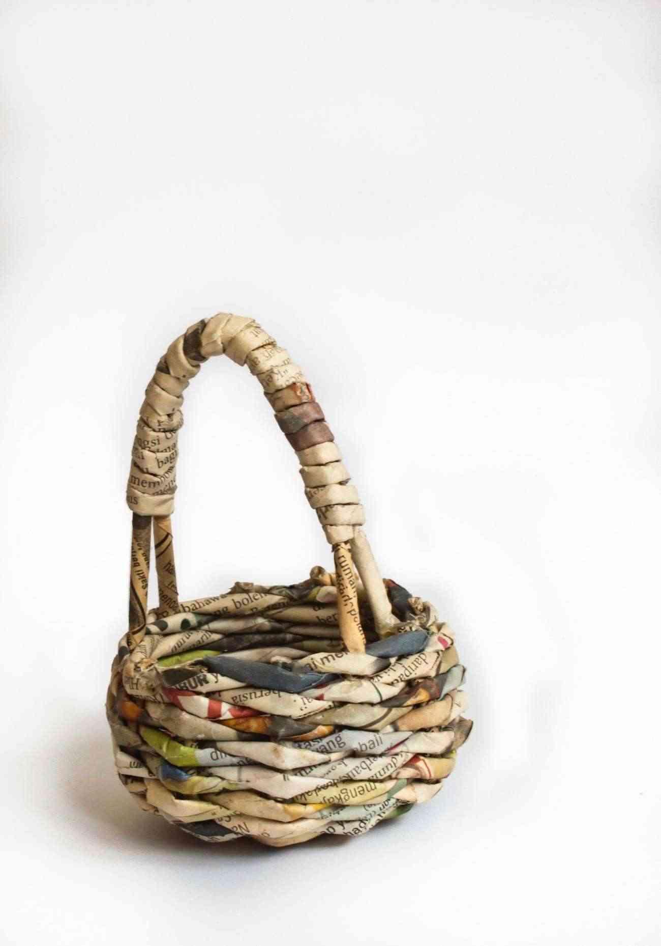 C mo hacer una cesta de papel reciclado paso a paso - Reciclar cestas de mimbre ...