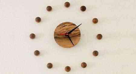 reloj-de-pared-con-disco-de-madera-y-bolas