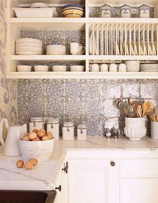 azulejos+blancos+y+azules+en+pared+de+cocina+house+beautiful+via+decorology
