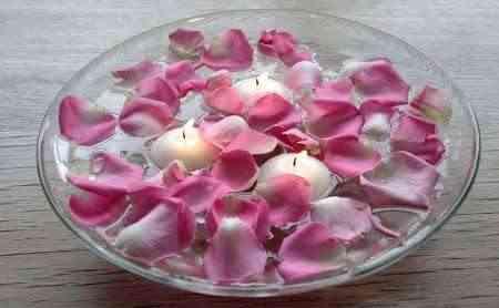 de agua ahora colocaremos estas magnificas velas flotantes junto con ptalos de rosas no solo aportaran luz a la estancia sino que esta se refleja en