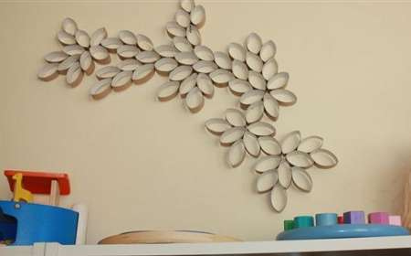 pared decorada con tubos de papel higiénico