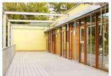 Terraza con tarima moderna