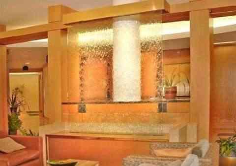 Decoración de interiores utilizando una pared de agua