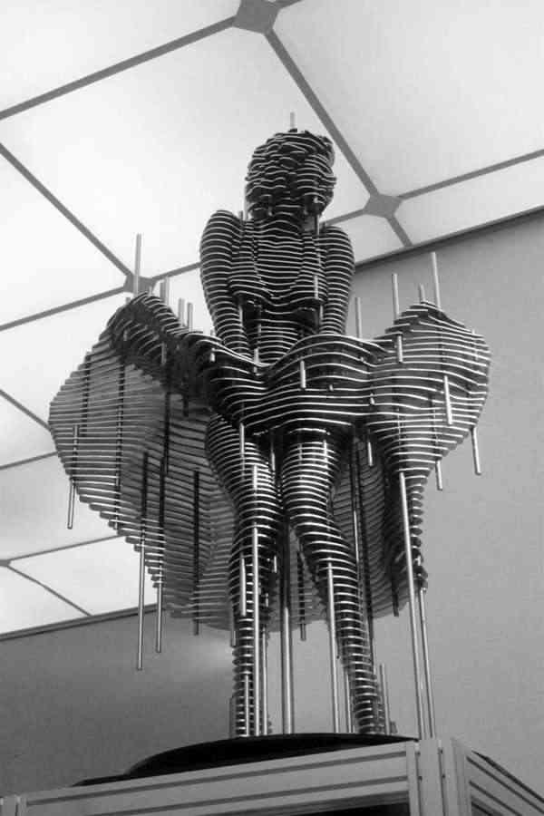esculturas de famosos en metal