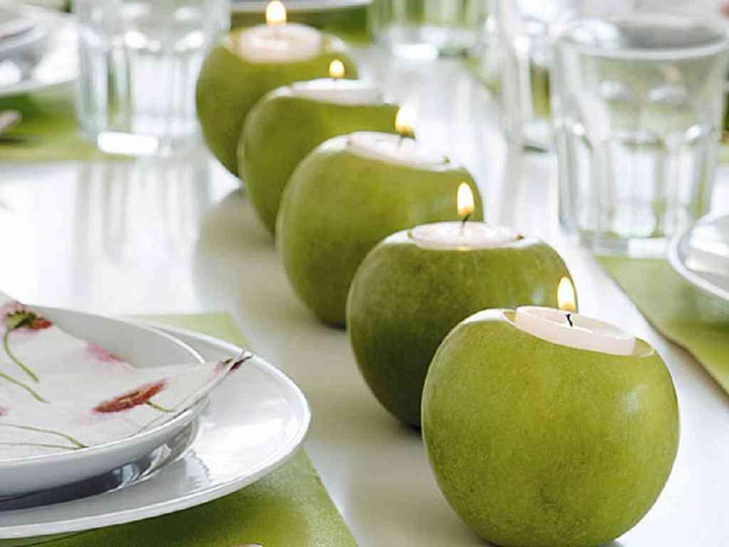 centro de mesa con manzanas que son velas