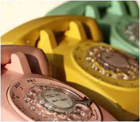 teléfonos con aire retro de colores