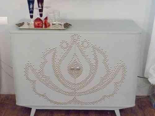 mueble decorado con chinchetas