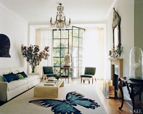 salon con gran alfombra de mariposa