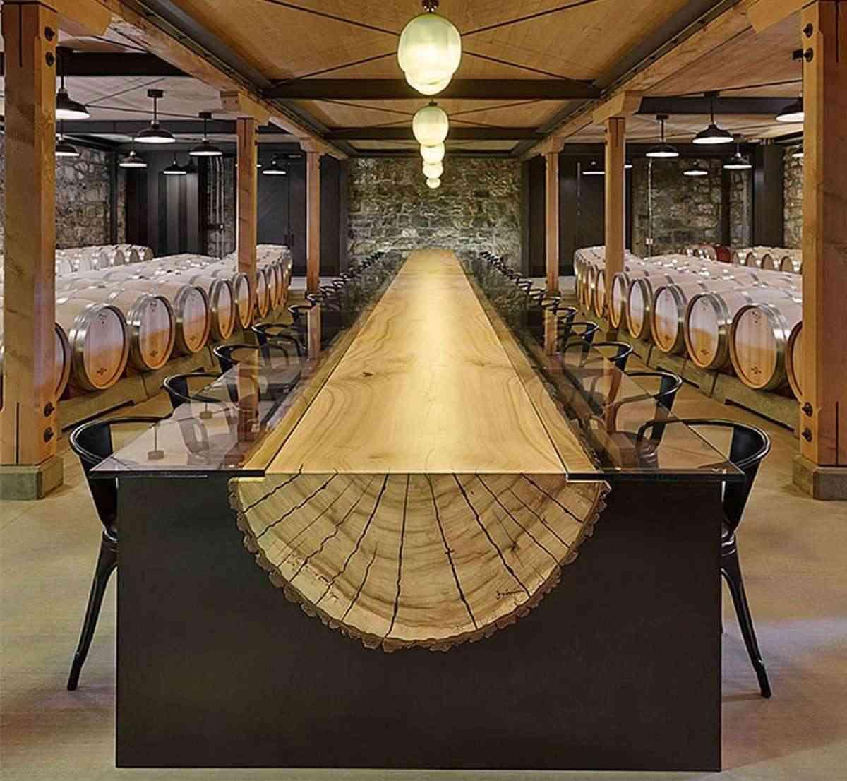 mesas de cristal con un tronco de madera