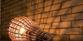 Una lámpara de cartón impresionante con forma de bombilla