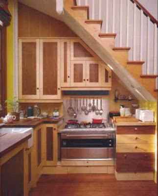 Decorar con una cocina bajo las escaleras for Muebles de madera para debajo de la escalera