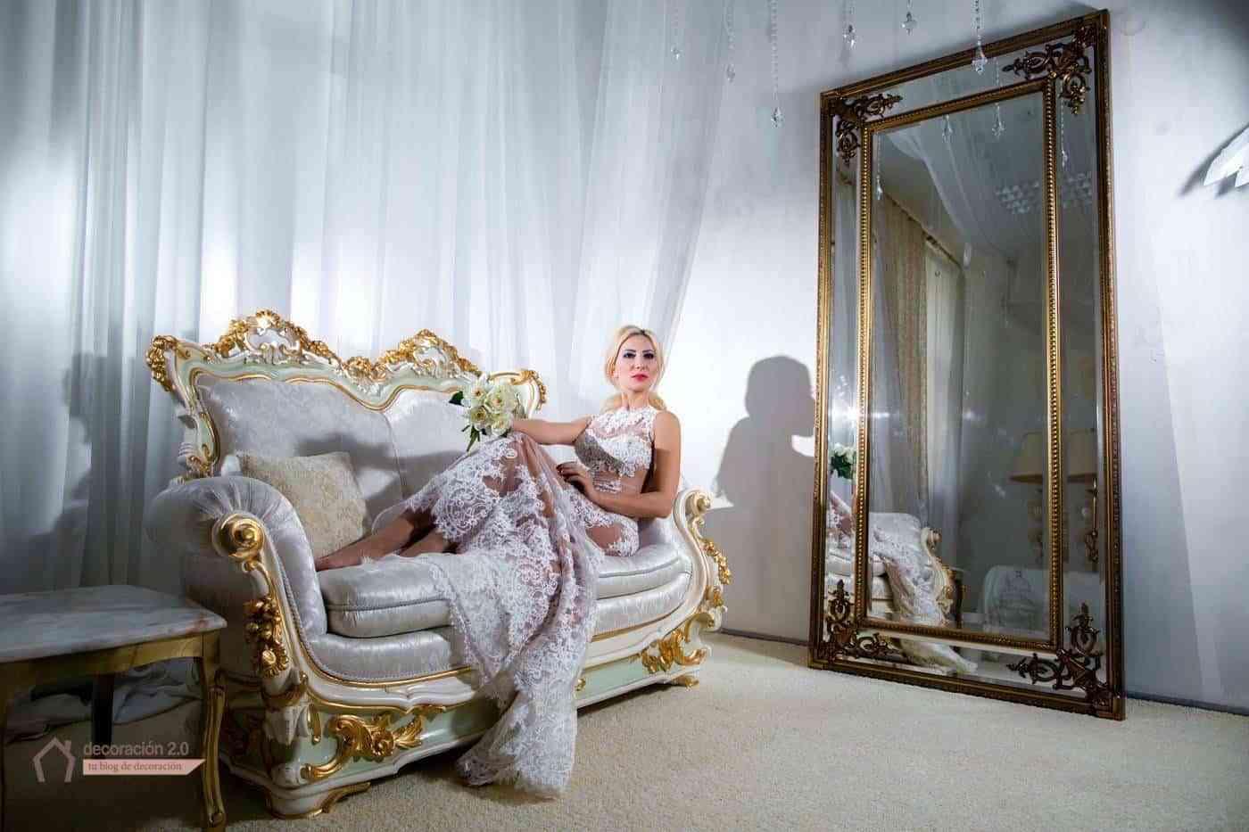 Mujer con un vestido de lujo y espejo