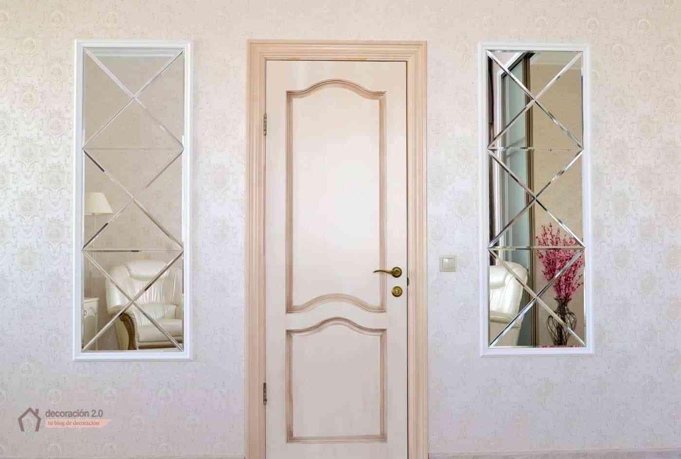 Sala de estar con dos espejos simétricos