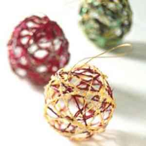 decora con bolas de hilo estas navidades puedes colgarlas de la pared del techo o bien hacer muchas y decorar tu rbol navideo