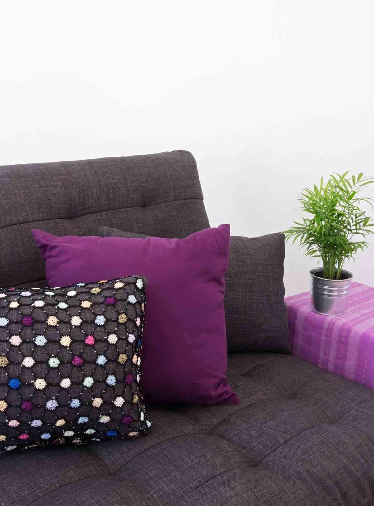 decorar un salon lila y gris - cojines