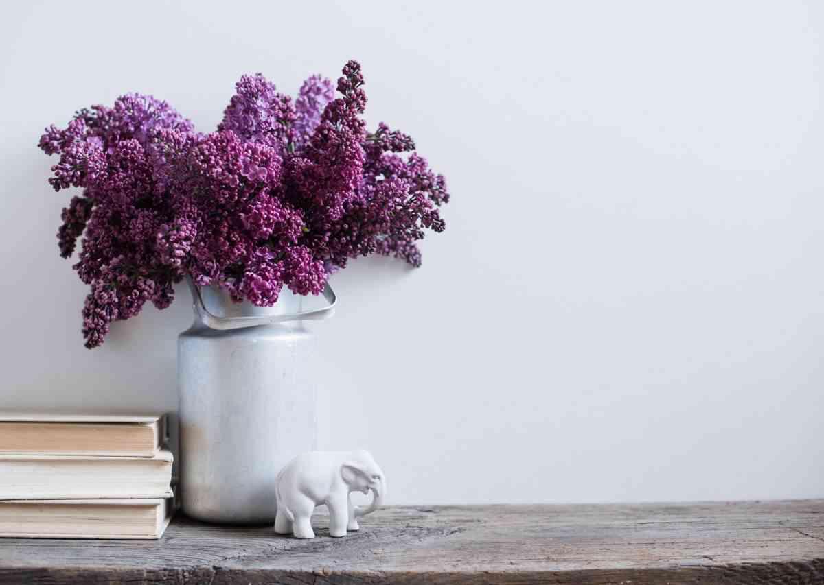 decorar un salon lila y gris - detalles