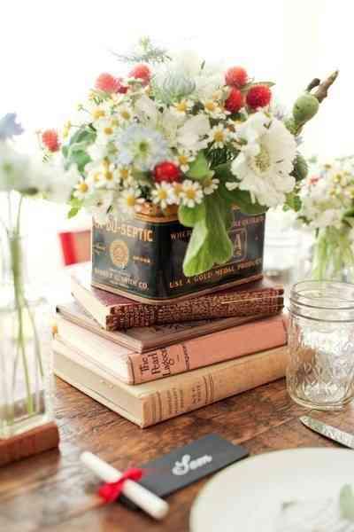 centro de mesa con libros y lata