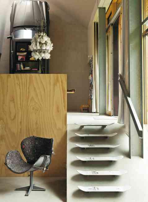 escalera hecha de monopatines