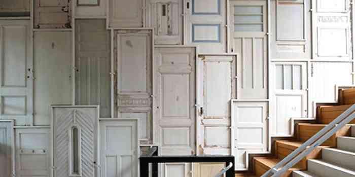 puertas antiguas pared llena de puertas