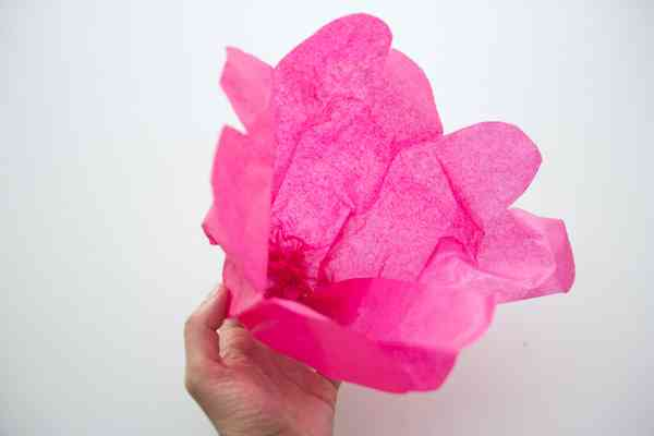Flor hecha de papel tisu