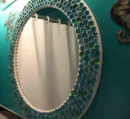 Espejo decorado con piedras verdes for Decoracion con espejos cuadrados