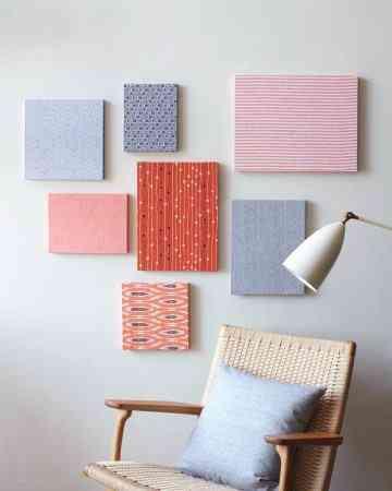 otra opcin es elegir cuadros de diferentes tamaos y crear una pared que luce elegante con estos cuadros dependiendo de los colores que