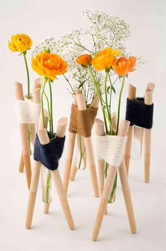 Jarrones hechos con varas de madera for Jarrones decorativos para jardin