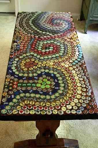 mesa decorada con chapas