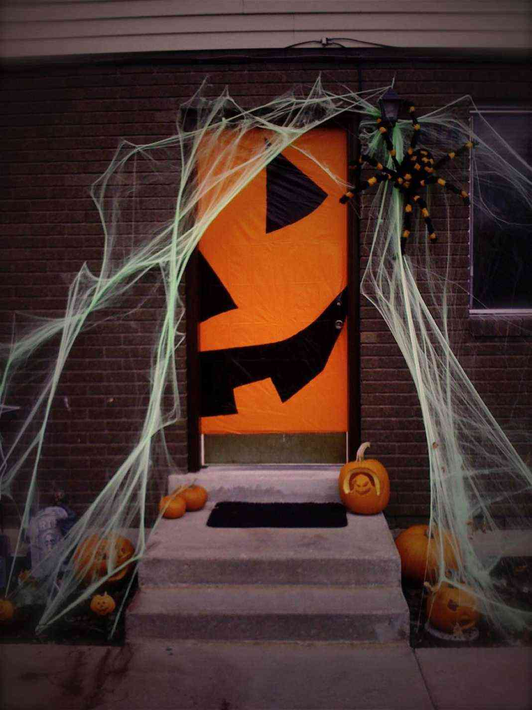 Decoraci n de halloween consigue una puerta de miedo for Decoracion de calabazas manualidades