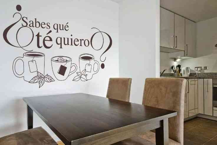 Decorar una pared con letras y vinilos - Vinilos decorativos para muebles de salon ...