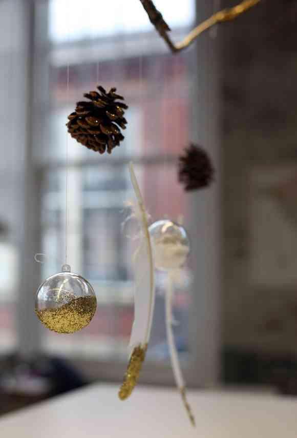 Idea para decorar con plumas navide as for Plumas para decorar