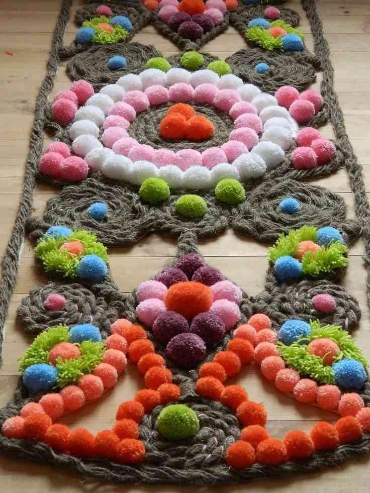 alfombra con pompones