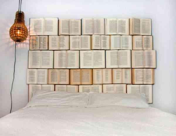 cabecero de cama hecho con libros abiertos
