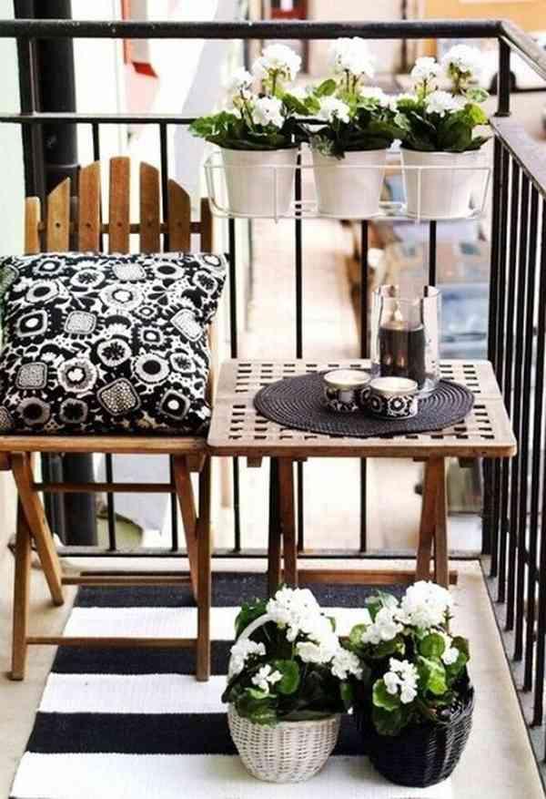 espacio práctico para decorar balcones con flores