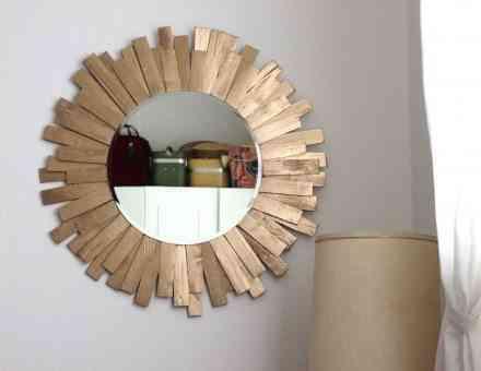 Marco de espejo hecho de láminas de madera