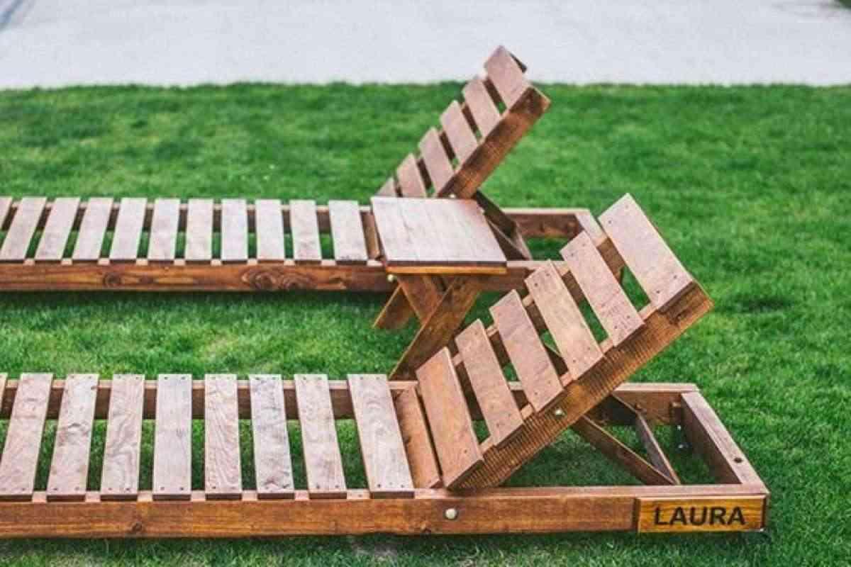 chaises longues avec des palettes