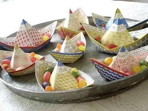 centro de mesa con barcos de papel