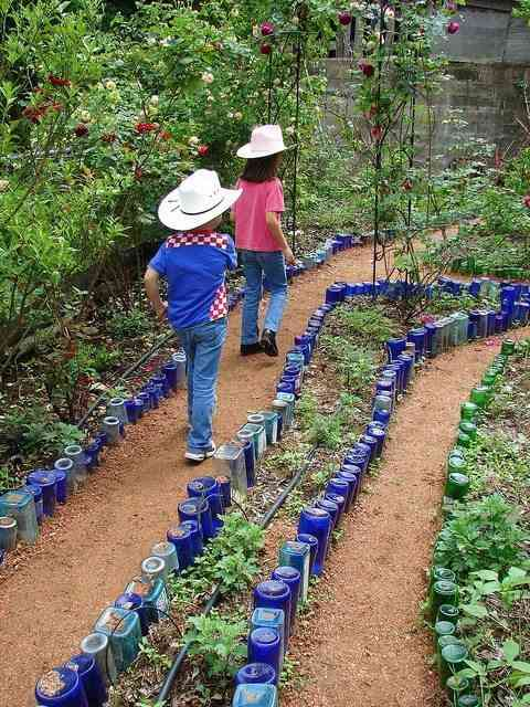 Decorar el jard n con botellas recicladas for Jardines reciclados