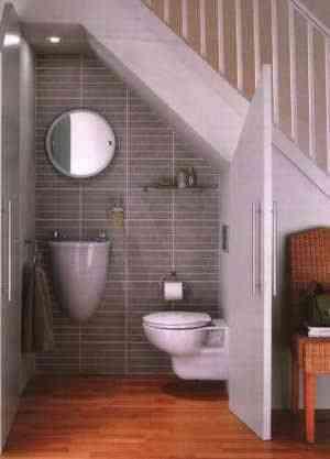 decorar baño auxiliar debajo de la escalera