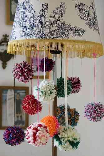 manualidades con pompones - lámpara
