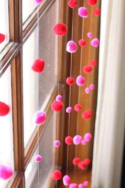 manualidades con pompones - cortina de pompones