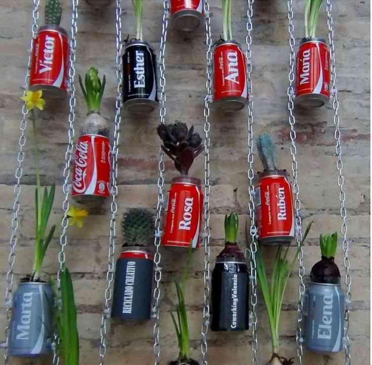 Un jard n vertical con latas de refresco for Jardin vertical reciclado