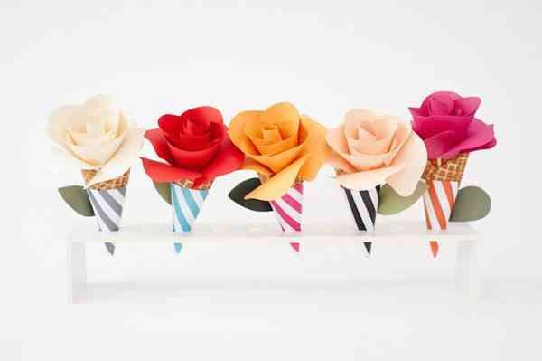decoracion con conos de helado y flores