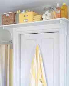 estanteria sobre la puerta - ahorrar espacio en el baño