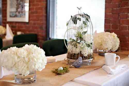 mesa decorada con jaula