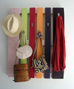 perchero multicolor con pallets