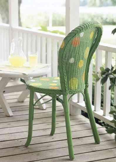 silla de mimbre pintada